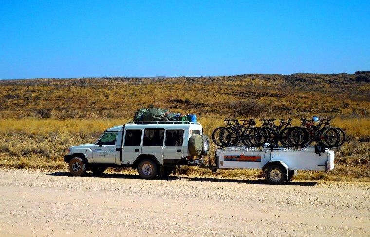 Toyota Landcruiser mit Bike-Anhänger im Outback Namibia