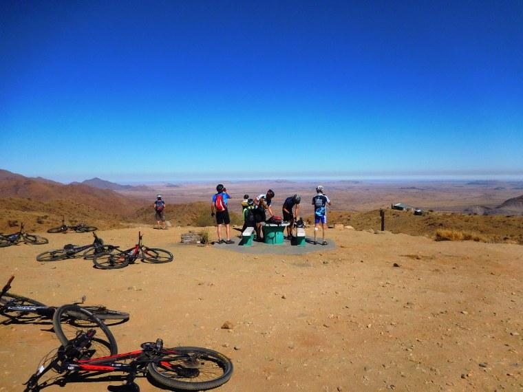 Bike-Gruppe macht Pause mit wundervoller Weitsicht