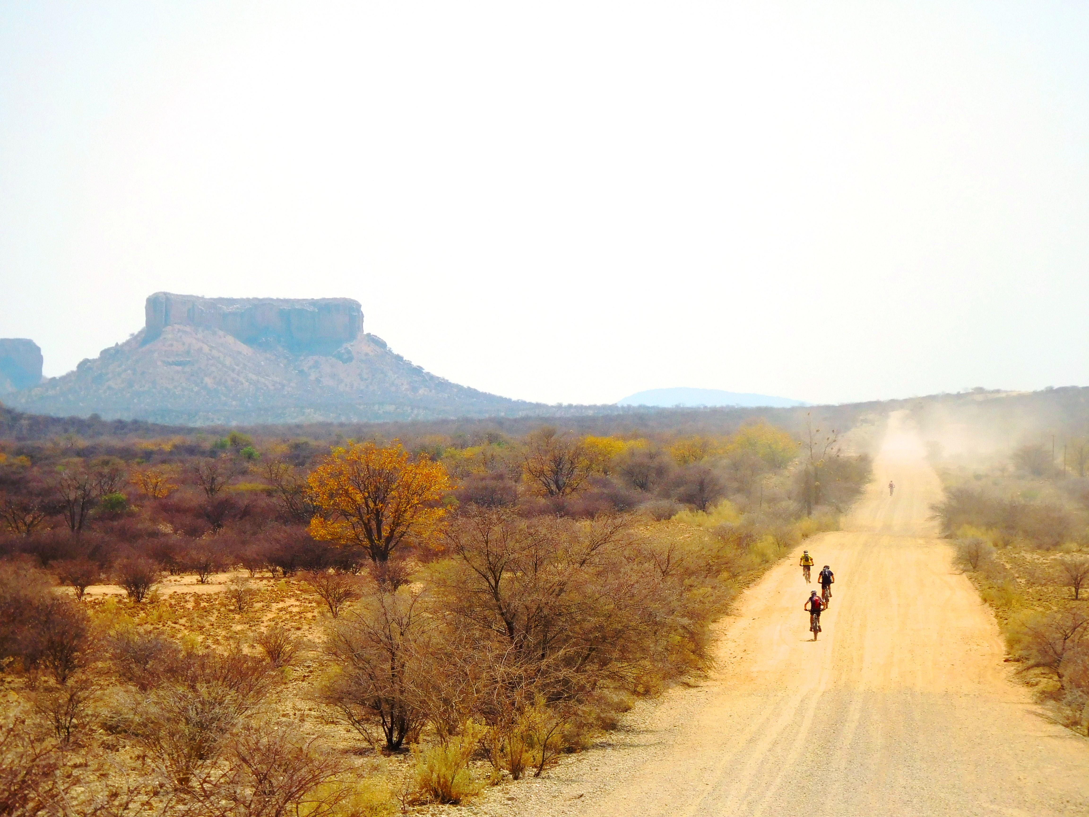 Biker stieben auf einer Sandpiste in Namibia davon