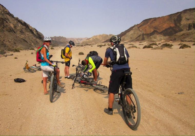 Bike-Gruppe berät sich mitten im namibischen Outback