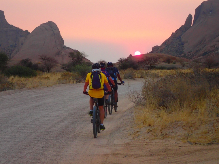 Bike-Tour Richtung Sonnenuntergang bei Spitzkoppe in Namibia