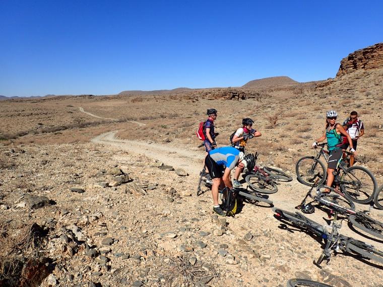 Bike-Gruppe berät sich in der Wüste Namibias