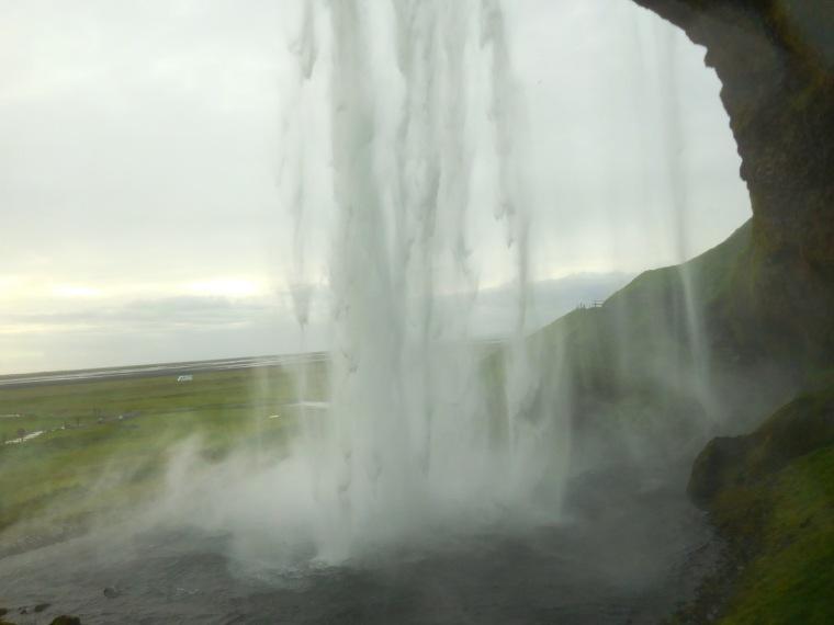 Blick durch den Wasserfall Seljalandsfoss in Island