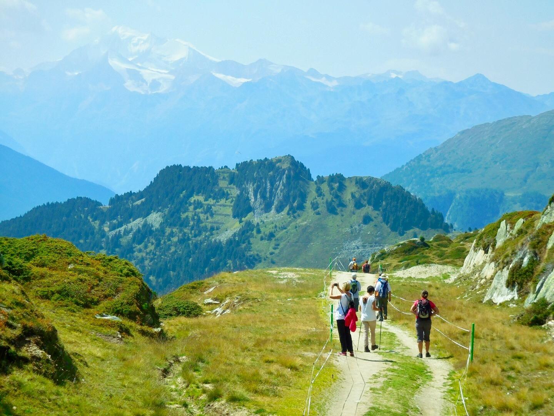 Wanderer auf einem Wanderweg in der Aletscharena beim grossen Aletsch-Gletscher