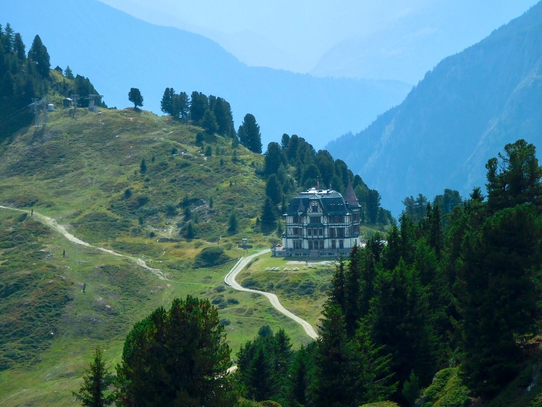Blick auf die Villa Cassel in Riederfurka beim grossen Aletsch-Gletscher