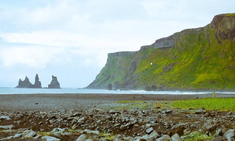 Blick auf die Reynisdrangar Felsen bei Vík, Island