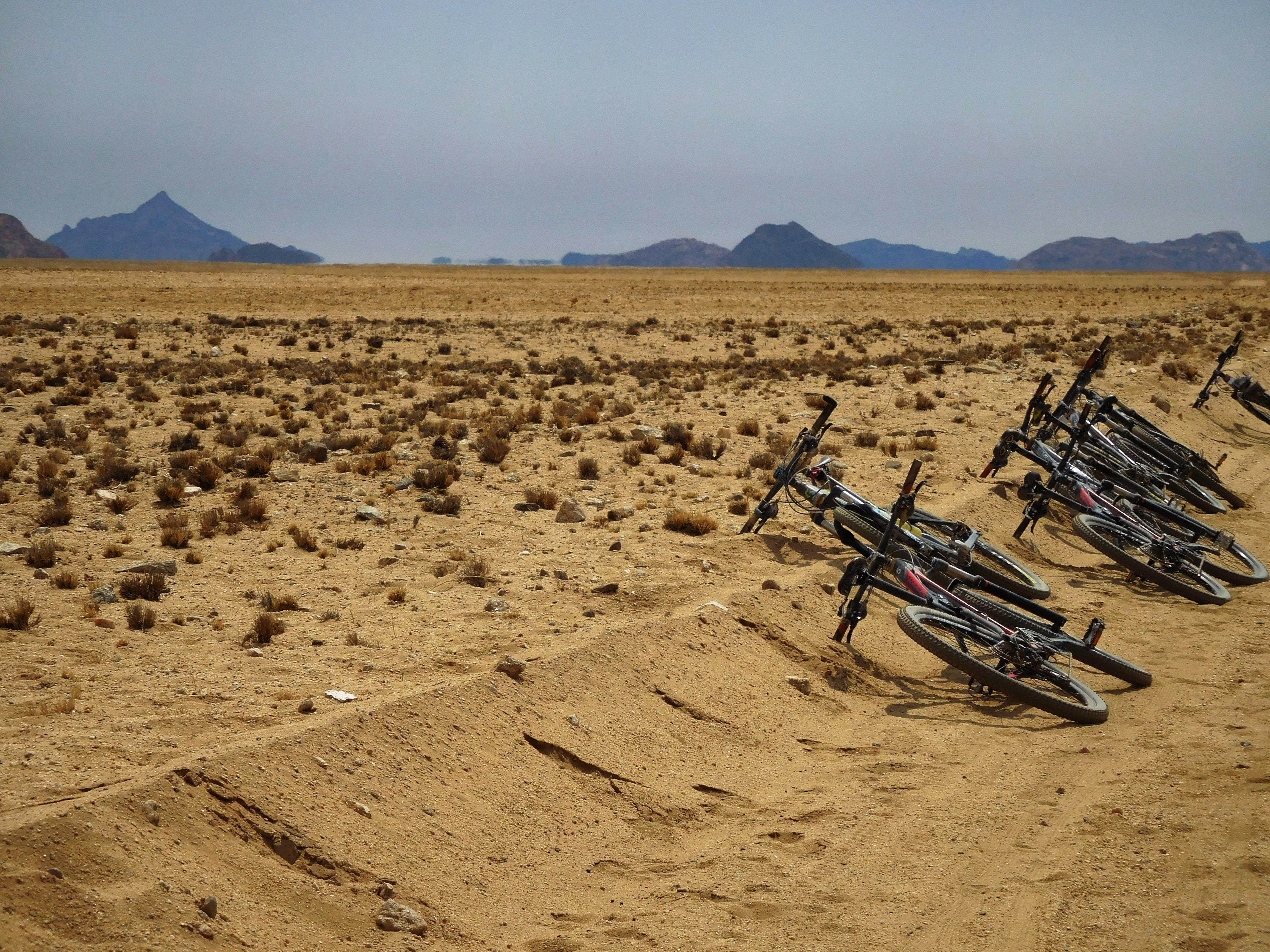 Bikes liegen im Sand in der Wüste Namibias