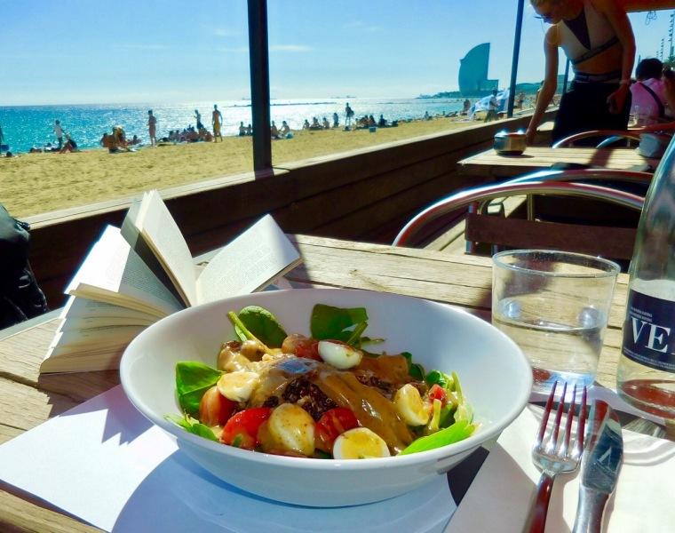 Blick aus einem Strandcafé auf das Hotel W in Barcelona