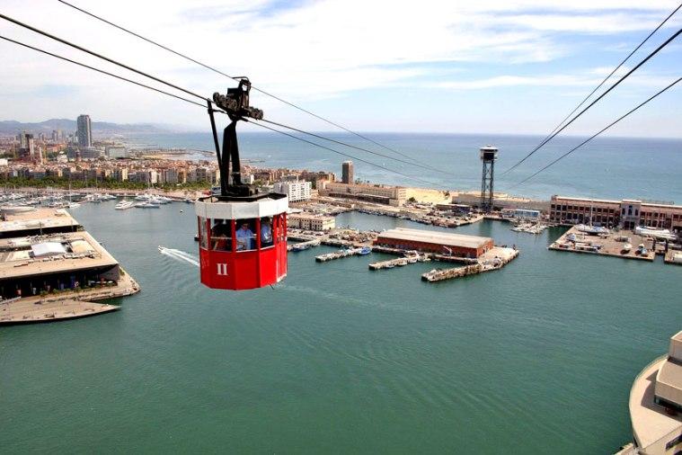 Seilbahn gondelt vom Mont Juic über den Port Vell zu den Stränden von Barcelonetta