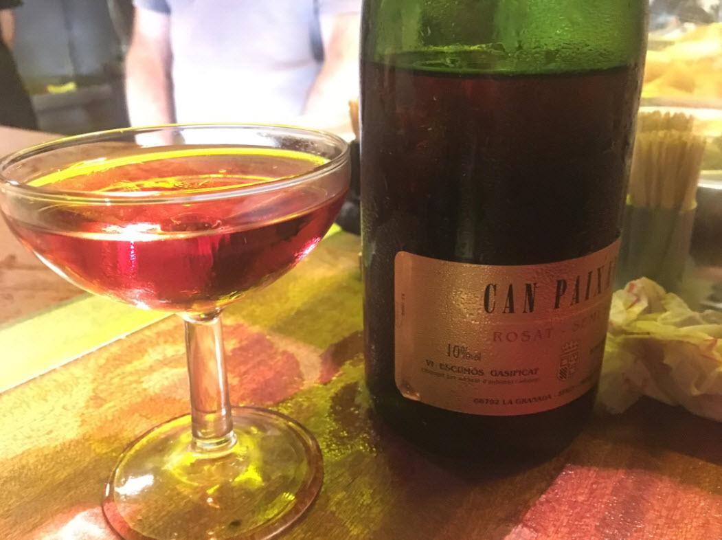 Ein Glas mit Cava in der Xampanyeria, Barcelona