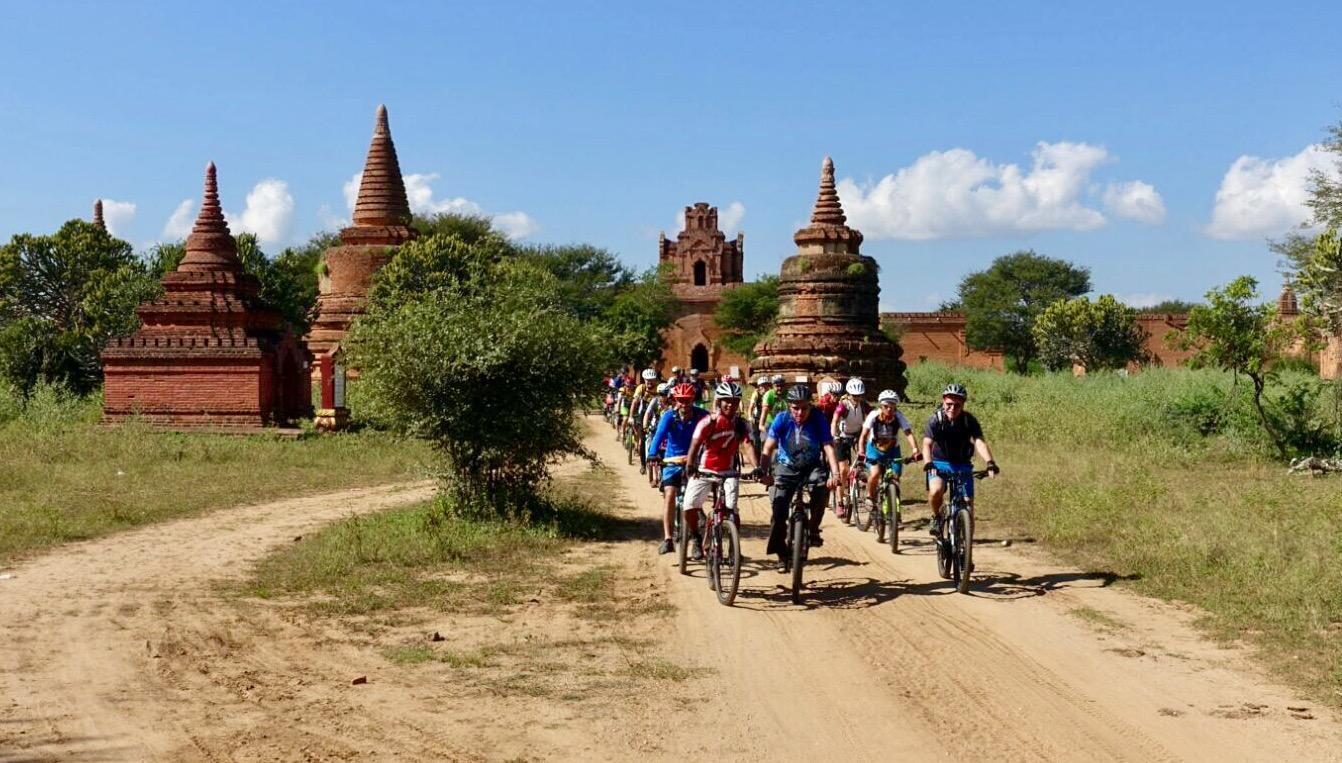 Bike-Gruppe fährt durch die Pagoden von Bagan.