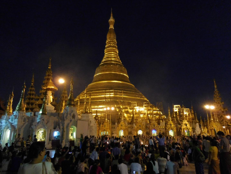 Abendstimmung an der Shwedagon Pagode in Yangon, Myanmar/Burma