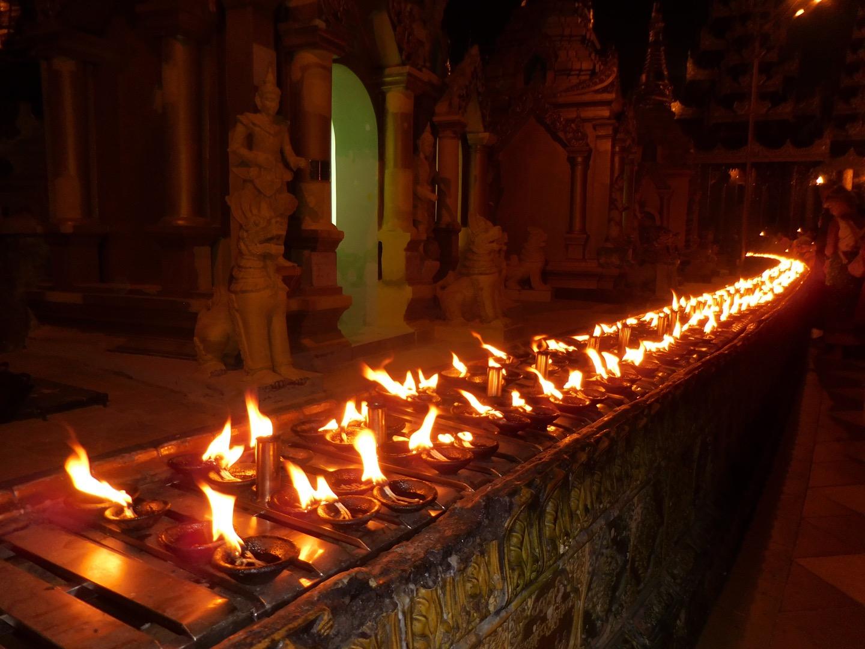 Kerzenmeer bei der Shwedagon Pagode in Yangon, Myanmar/Burma