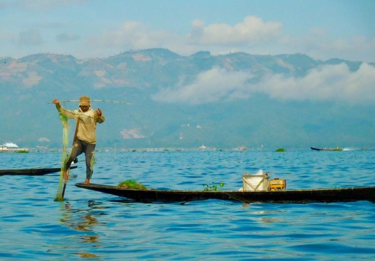 Einbeinruderer beim Fischen auf dem Inle See in Myanmar/Burma