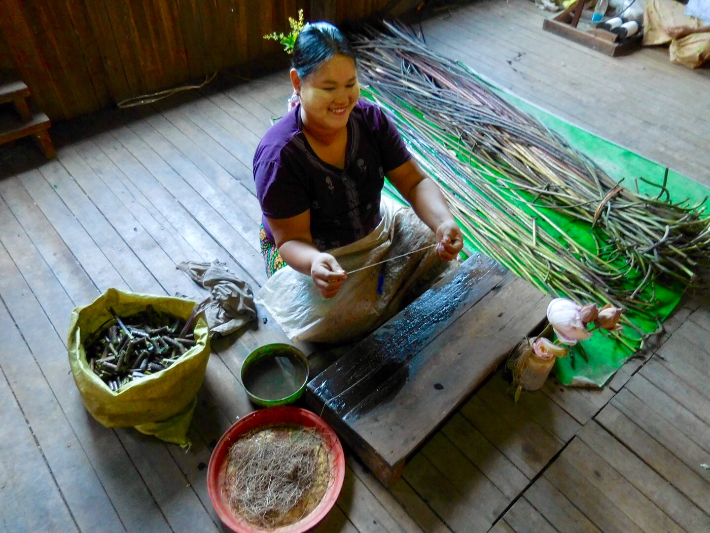 Lotus-Weberei auf dem Inle See, Myanmar/Burma