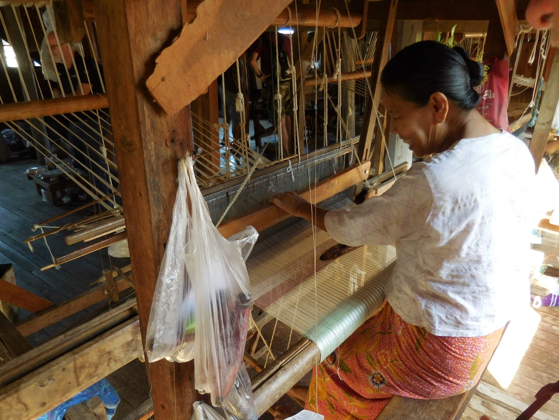 Webstuhl in der Lotus-Weberei auf dem Inle See, Myanmar/Burma