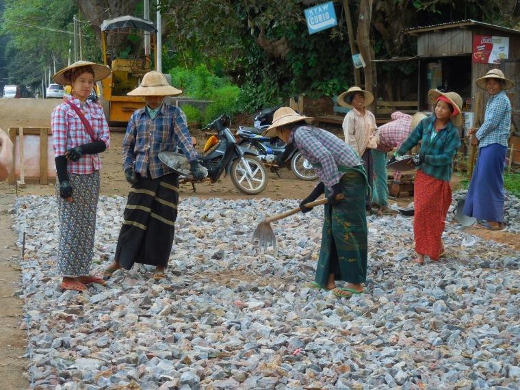 Burmesische Frauen im Strassenbau