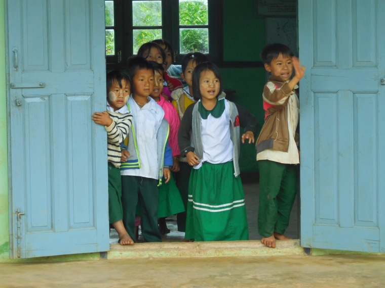 Winkende Kinder in einer burmesischen Schule