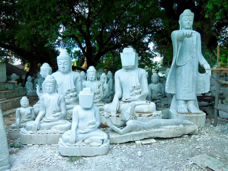 Buddha-Figuren aus Marmor in Mandalay, Myanmar/Burma