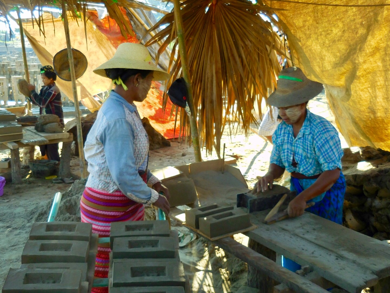 2 Burmesinnen formen Lehmsteine