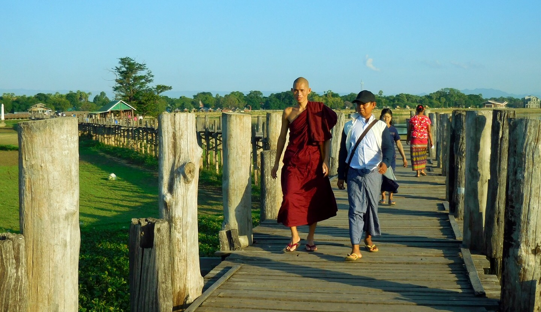 Lange Teakholz-Brücke (U-Bein-Brücke) bei Mandalay, Myanmar/Burma