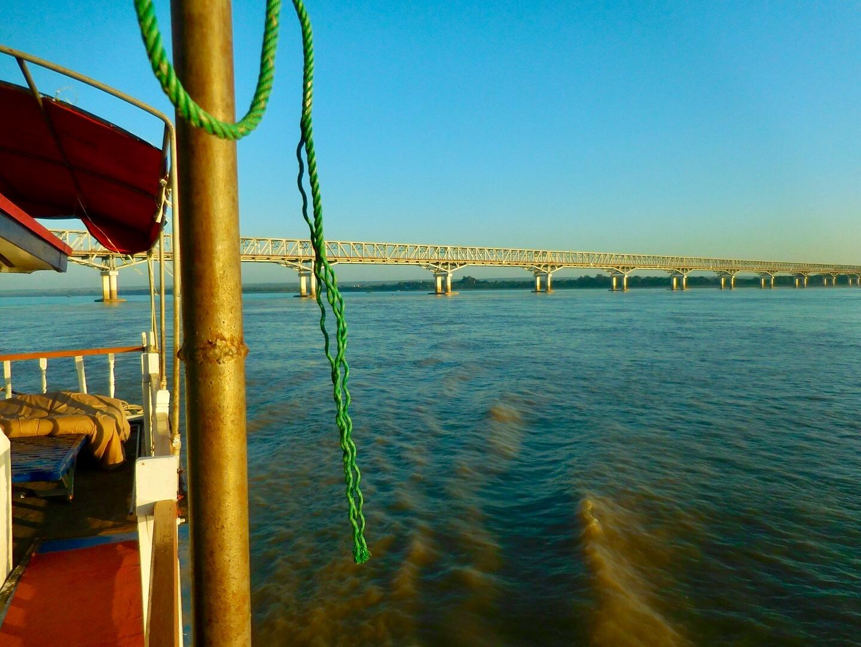 Blick vom Boot auf eine grosse Brücke im Irrawaddy-River zwischen Mandalay und Bagan