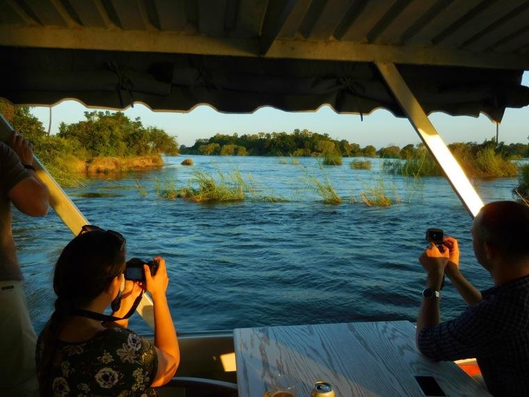 Touristen fotografieren die malerische Szenerie auf dem Sambezi-River