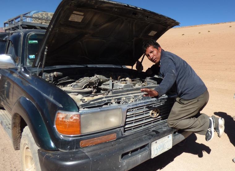 Auto-Reparatur in der Wüste