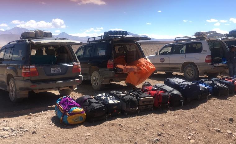 Unsere Reisetaschen stehen vor den 4WDs zum Verladen bereit.